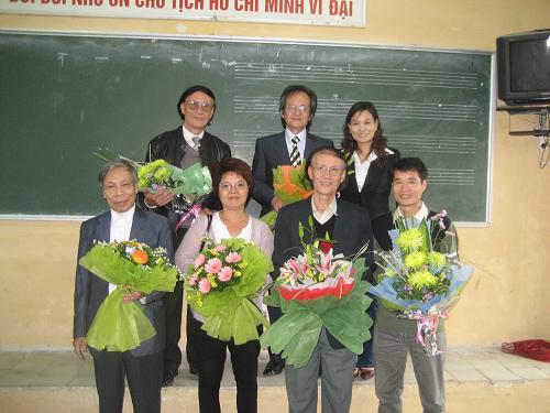 Nhạc sĩ Hoàng Long- Hoàng Lân cùng một số đồng nghiệp